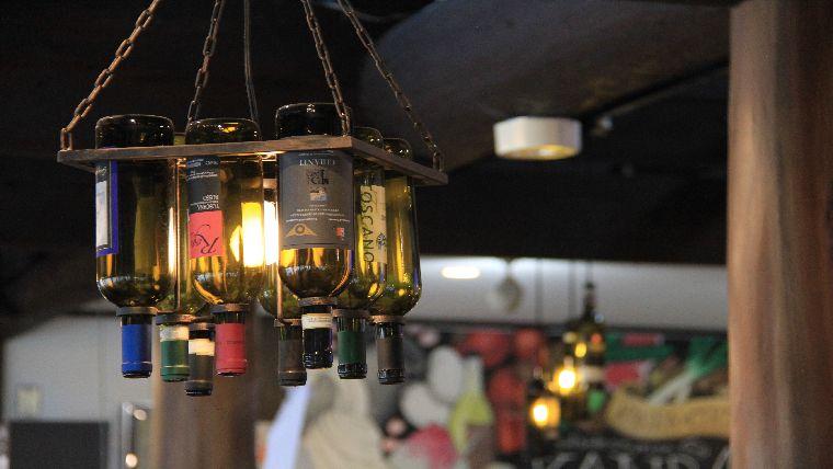 道の駅甘楽の地粉ピザレストランのワインの空き瓶を使った照明
