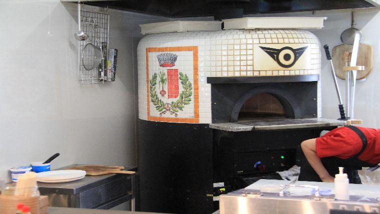 道の駅甘楽のピザがおいしいのは、ピザ専用の焼き窯がある