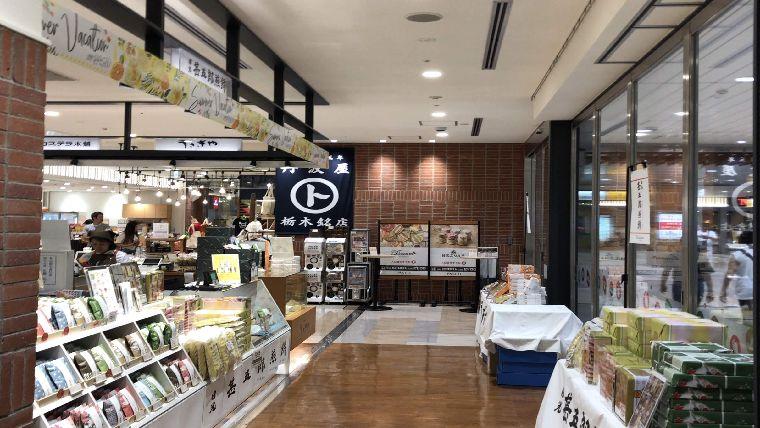 グランマルシェの店内。店舗間の通路も広く、おしゃれできれいな内装でした
