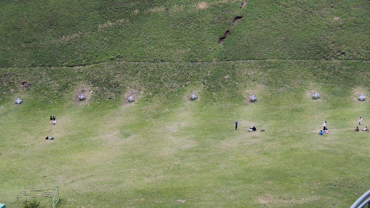 大室山山頂にある火口跡ではアーチェリーを楽しむことができる。