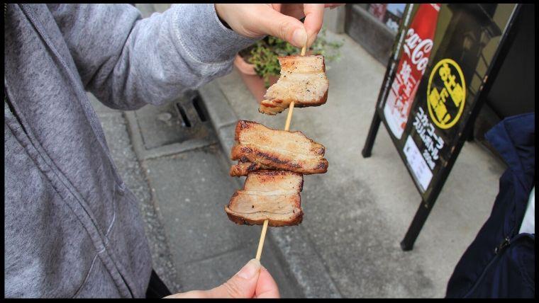 舛屋酒店で休日限定で販売されている燻製ベーコン焼きは、スモークされた最高のベーコン。