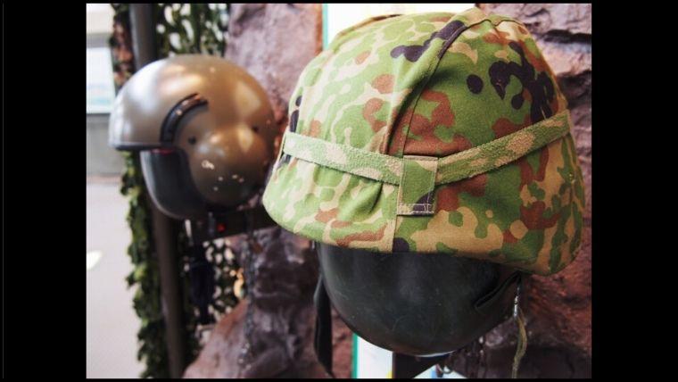 りっくんランド(陸上自衛隊広報センター)に展示されている、88式鉄帽と航空ヘルメット。