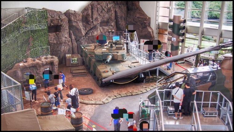 りっくんランド(陸上自衛隊広報センター)1階に展示されている90式戦車の迫力がすごい。