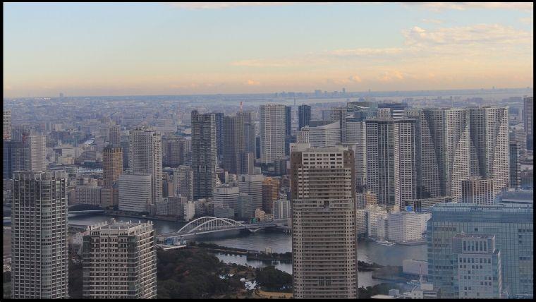 高層ビルやタワーマンション群。