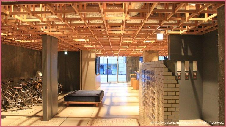 KUMU金沢のエントランスは、コンクリートと木材をあわせたおしゃれな空間に作られています。
