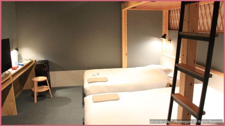 部屋はシックな雰囲気がありながら、木のぬくもりを感じれるあたたかさも感じれます。