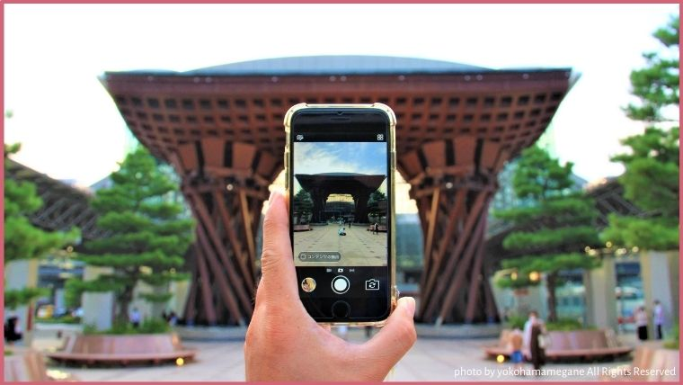 KUMU金沢の近くにあるJR金沢駅の鼓門
